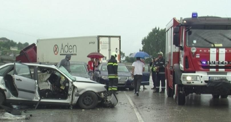 трима души сред дете ранени катастрофата път