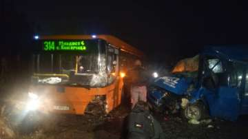 Трима пострадаха при удар на автобус на градския транспорт и кола в София