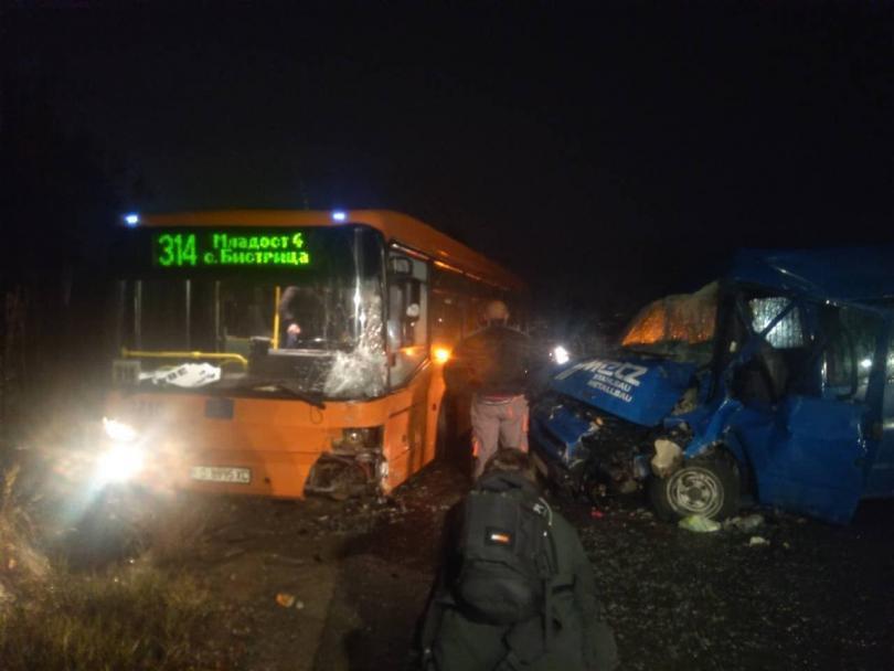 Трима пострадаха при катастрофа между автобус на градския танспорт и