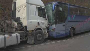 Няма опасност за живота на ранените в катастрофата между автобус и циментовоз