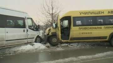 Две деца и шофьор пострадаха при катастрофа на училищен микробус в Русенско