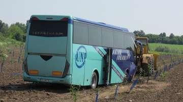 Автобус катастрофира в нива край Ситово