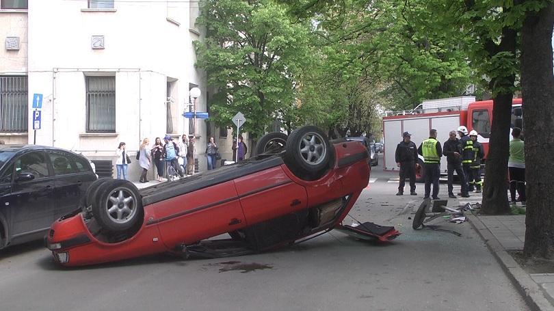 Снимка: Кола се обърна по таван и блокира движението на възлово кръстовище в Русе