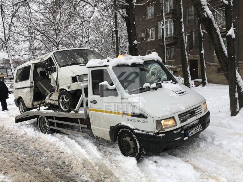 Микробус връхлетя на спирка на градския транспорт в София след