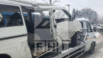 Девет души са пострадали в катастрофа между микробус и трамвай в София (СНИМКИ)