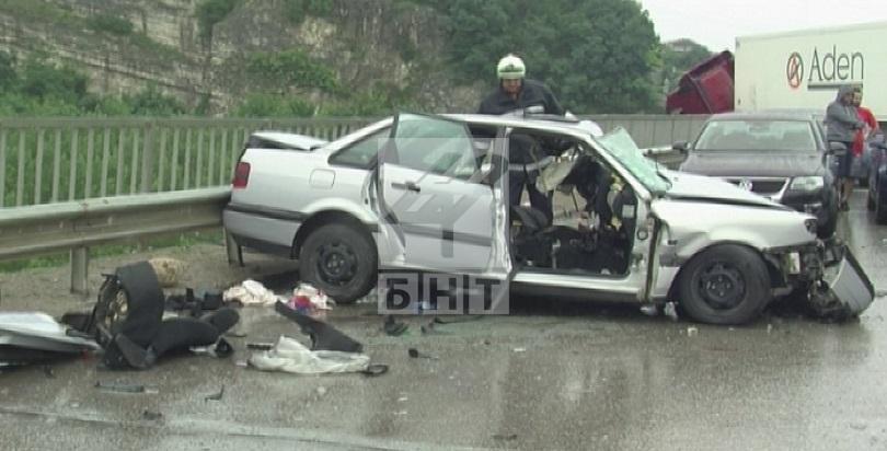 снимка 1 Трима души, сред които и дете, са ранени при катастрофата на път Е-79