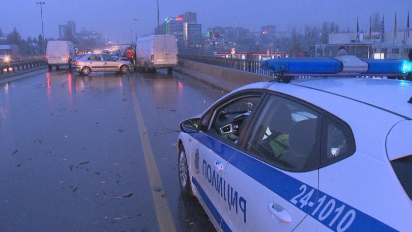 Серия от верижни катастрофи и пътни инциденти в цялата страна.