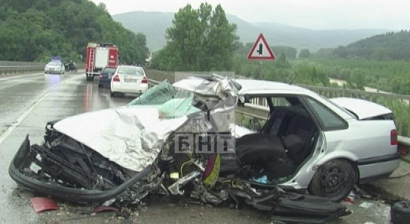 снимка 2 Трима души, сред които и дете, са ранени при катастрофата на път Е-79