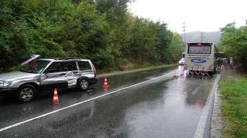 Пътнически автобус и кола се удариха на пътя Симитли - Банско
