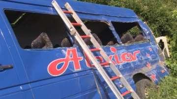 Жена загина, след като камион спука гума и връхлетя върху пътнически микробус