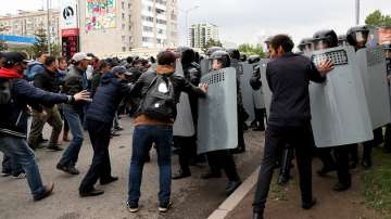 Полицията арестува стотици протестиращи привърженици на опозицията в Казахстан