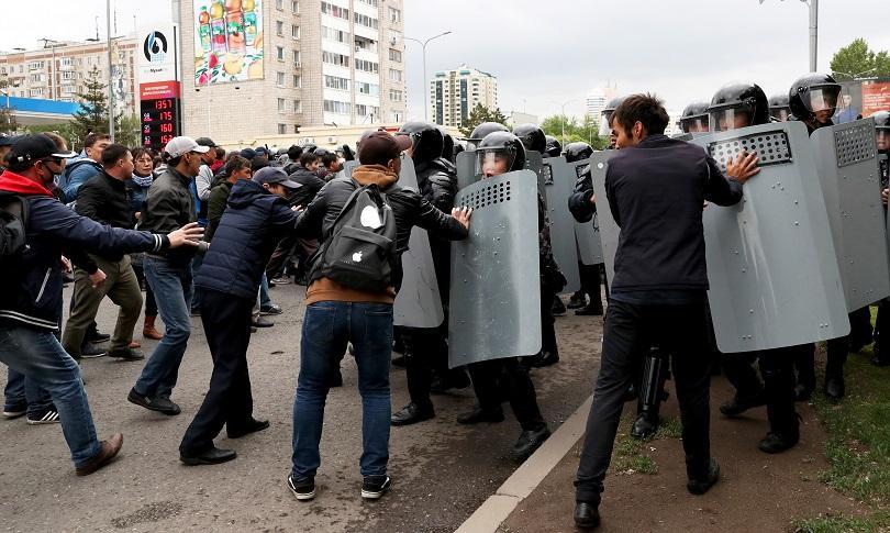 полицията арестува стотици протестиращи привърженици опозицията казахстан