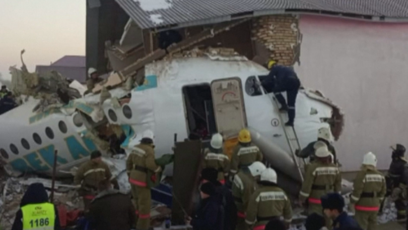 Пътнически самолет с близо 100 души на борда се разби