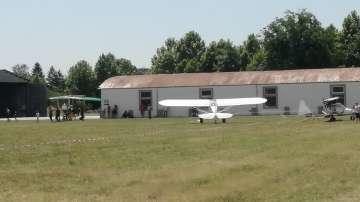 Малък самолет падна на авиошоу край Казанлък, двама души са пострадали (СНИМКИ)