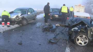 Верижна катастрофа край Казанлък, двама души са пострадали