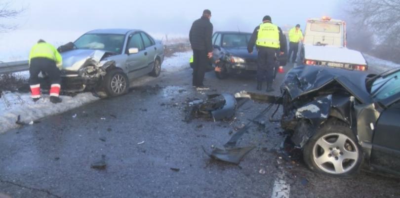 Двама души пострадаха при верижна катастрофа край Казанлък. Инцидентът стана