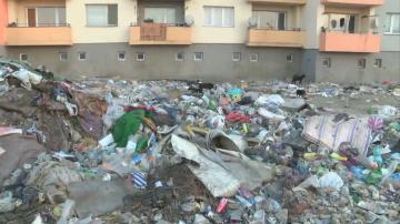 Жителите на блок в ромския квартал на Казанлък получиха глоби за боклук