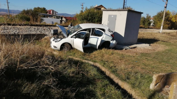 Влак удари кола на жп прелез в софийско село, загинала е жена