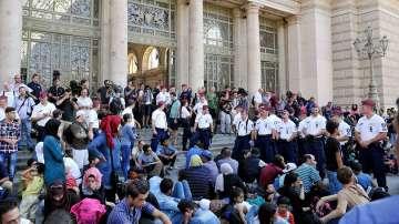 Унгария затвори гарата Келети, стотици бежанци чакат