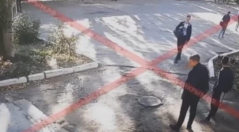 Руски медии публикуваха кадри от камерите в колежа, на които