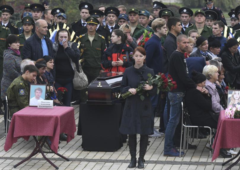 снимка 1 Керч се сбогува с жертвите от кървавото нападение