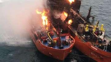 Пожарът на двата кораба в Черно море все още не е изгасен заради горящ газ