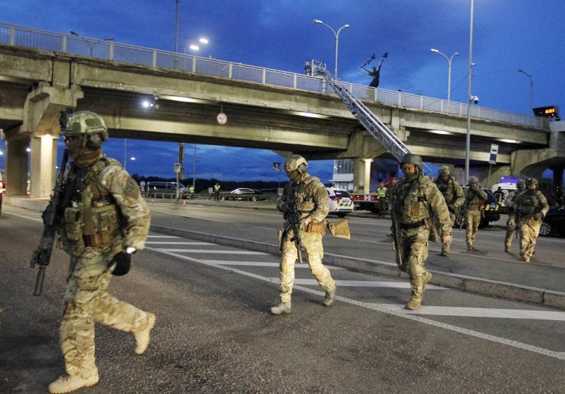 Мъж откри стрелба и заплаши да взриви мост в Киев