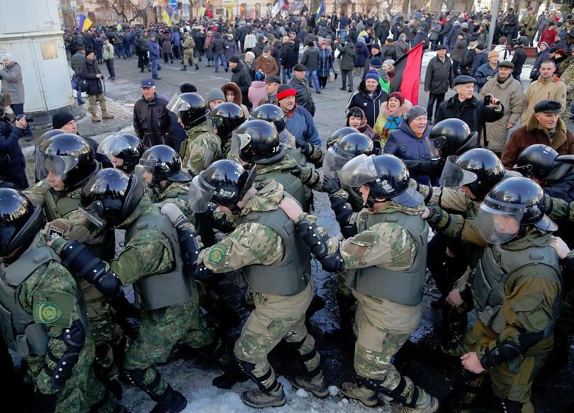 Демонстрантите се опитаха да преминат през загражденията пред Парламента. Сред