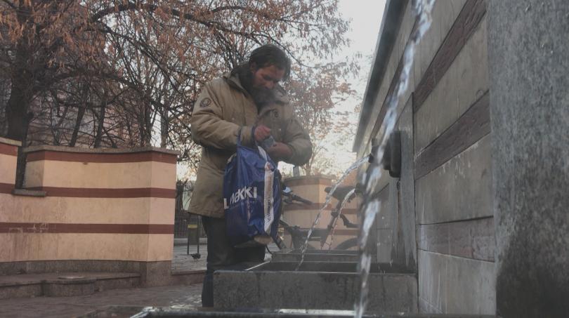 снимка 1 Бездомник без самоличност няма право на дом, бил разменен като бебе