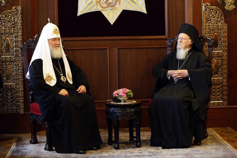 Руският патриарх Кирил (ляво) и Вселенският патриарх Вартоломей (дясно) по време на среща по-рано тази година