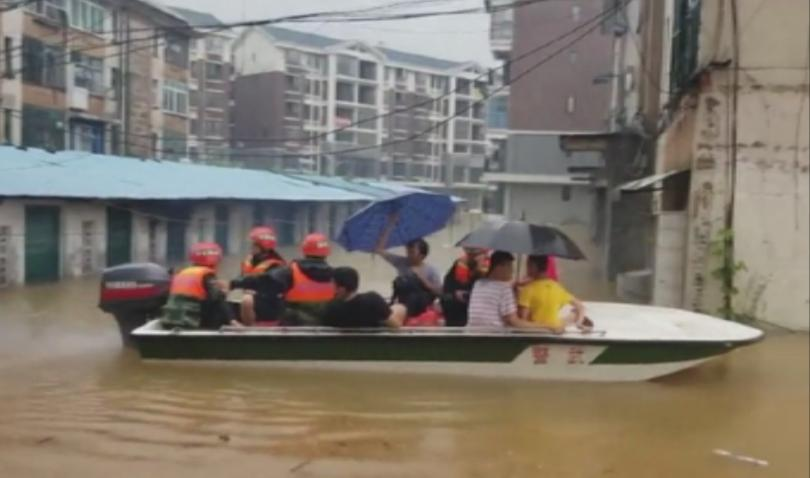 Проливни дъждове и наводнения засегнаха южния китайски автономен регион Гуанси-Джуан.