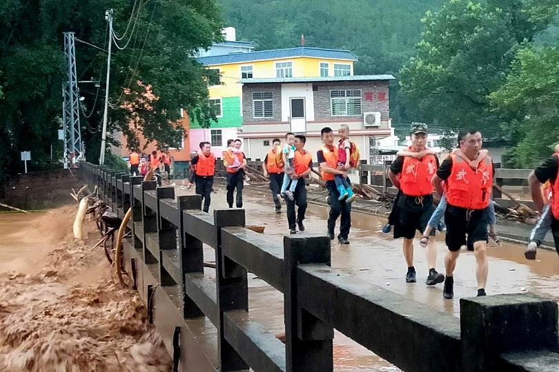 Четирима туристи загинаха в Източен Китай заради наводнение, предизвикано от