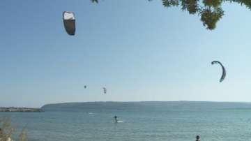 Кайтсърфисти уловиха септемврийския вятър край Варна