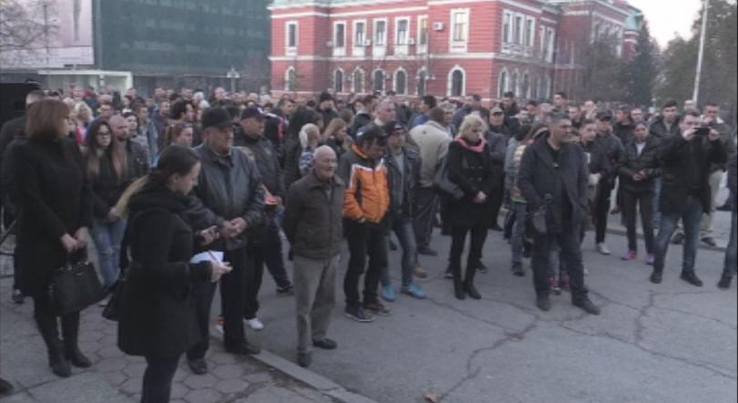 Жители на Кюстендил и тази вечер почетоха с едноминутно мълчание