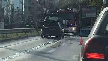 Прегряла кола затрудни движението на столичен булевард