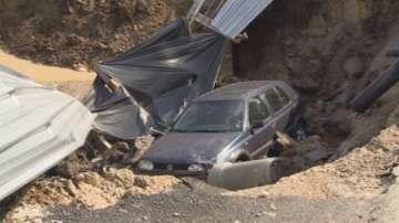 Кола пропадна в строителен изкоп в столичния квартал Овча купел