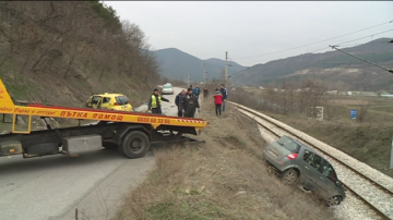 Автомобил падна на жп линията край Благоевград, 67-годишен мъж загина