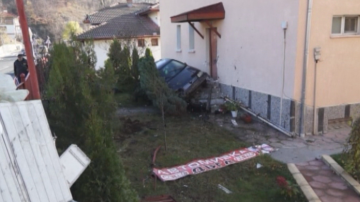 Кола се заби в къща в Смолян