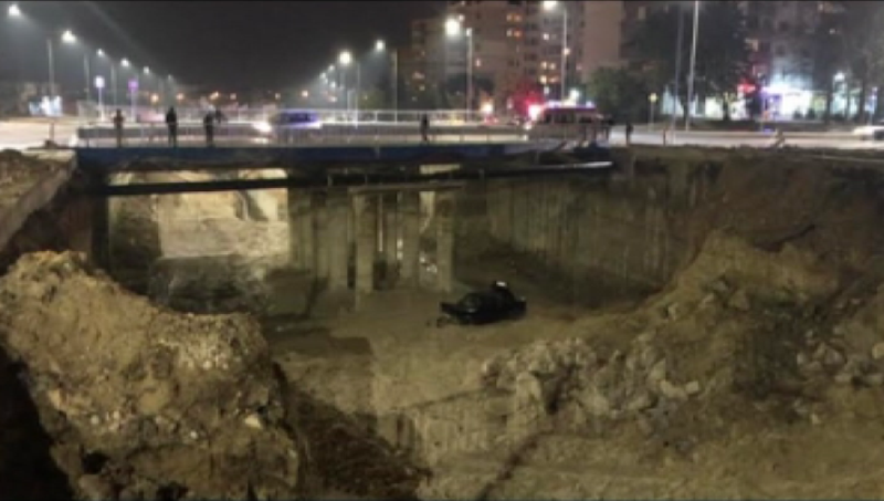 Кола падна от десет метра височина в изкоп на бул.