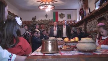 Коледари и гайдари огласяват улиците на Калофер с рождествени песни