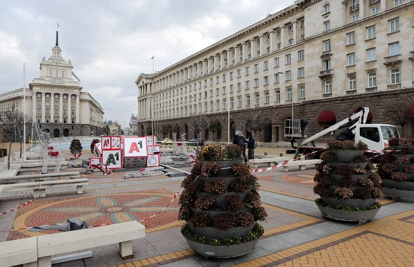 снимка 1 Падна коледната украса в центъра на София (СНИМКИ)