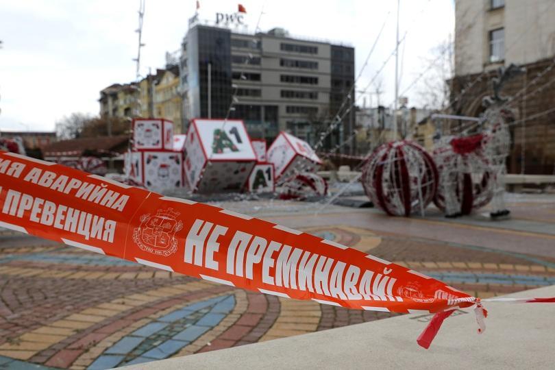 снимка 2 Падна коледната украса в центъра на София (СНИМКИ)