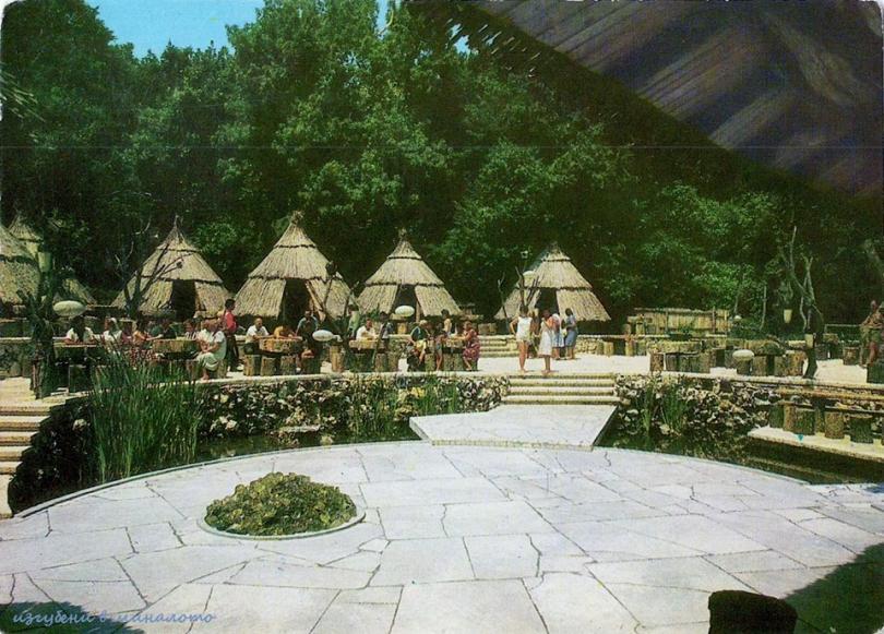 """Златни пясъци - бар """"Колибите"""" и дансинга. Картичка от 1967г."""