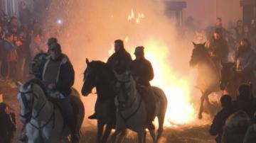 Красив ритуал с коне за Антоновден в Испания