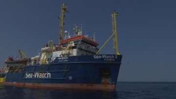 Кораб с имигранти акостира на остров Лампедуза