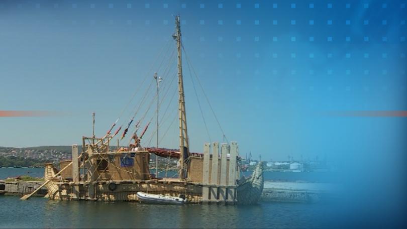 Международният екипаж на борда на тръстиковата лодка си е поставил