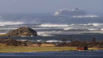 Евакуират круизен кораб край бреговете на Норвегия