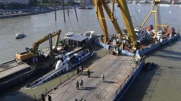 Откриха загинали туристи в останките на корабчето Русалка
