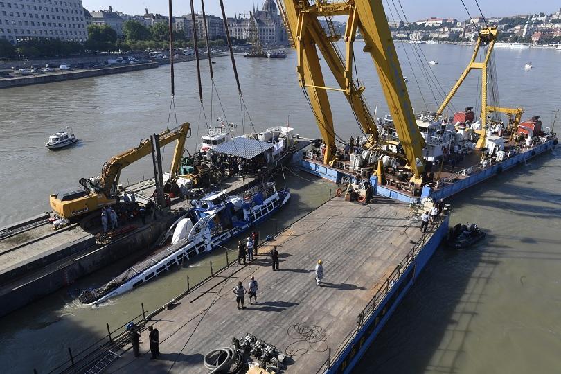 Най-малко две тела са открити в останките на круизното корабче