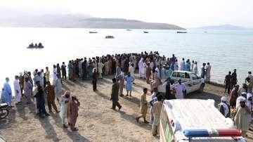 Най-малко четирима загинали и 21 изчезнали при обръщане на корабче в Пакистан